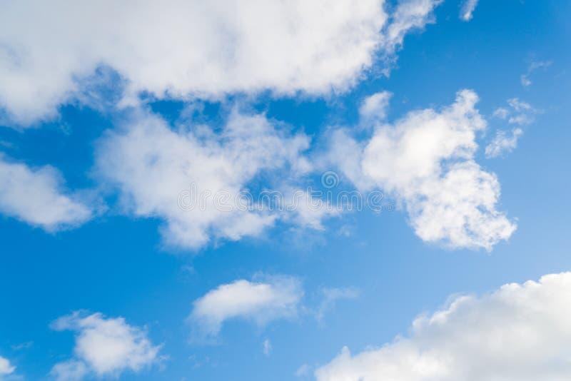 Weiße Wolken auf einem blauen Himmel lizenzfreie stockfotos