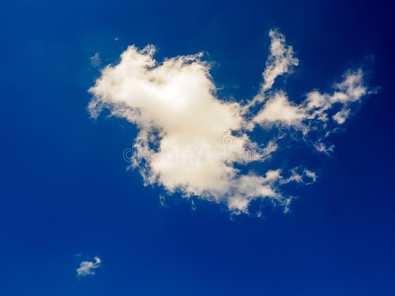 Weiße Wolken auf Hintergrund des blauen Himmels am sonnigen Tag stockfotografie