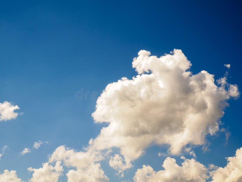 Weiße Wolken auf nettem blauem Himmel lizenzfreie stockfotos