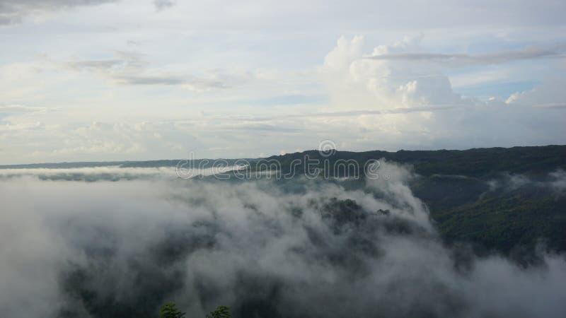 Weiße Wolken in den Bergen mit der Atmosphäre morgens lizenzfreie stockbilder