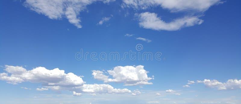 Weiße Wolken im blauen Himmel lizenzfreie stockfotografie