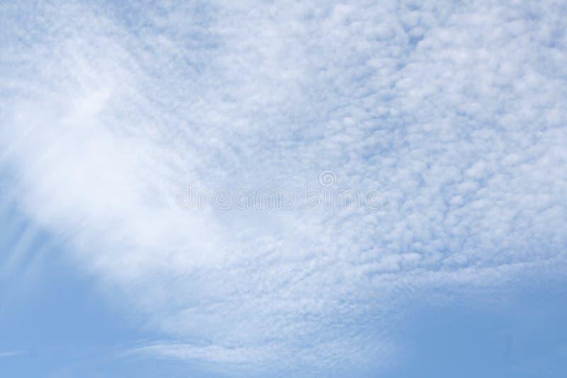 Weiße Wolken im hellen blauen Himmel stockbilder
