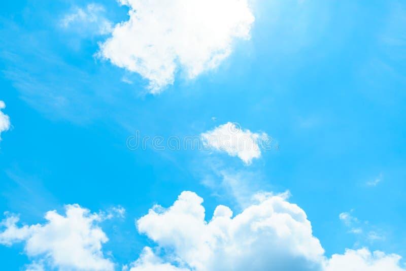 Weiße Wolken im Himmel lizenzfreies stockbild