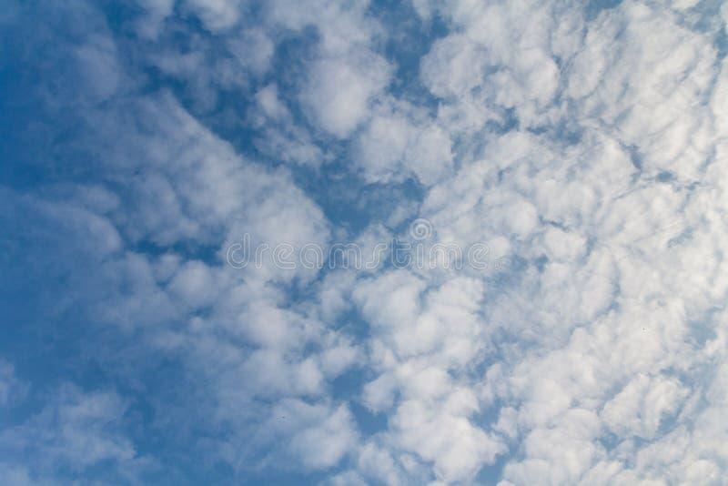 Weiße Wolken mit blauem Himmel lizenzfreies stockfoto