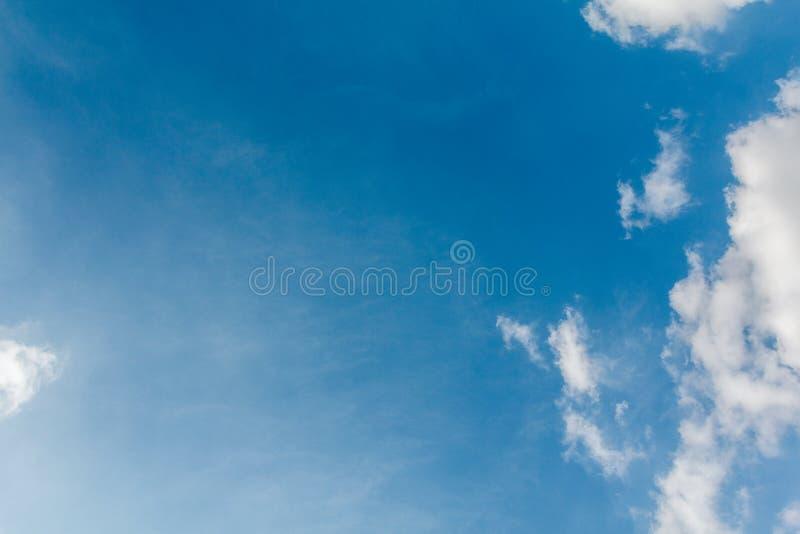 Weiße Wolken mit blauem Himmel lizenzfreie stockbilder