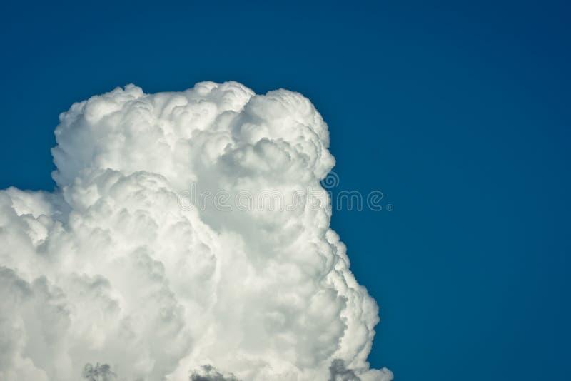 Weiße Wolken mit blauem Himmel lizenzfreie stockfotos