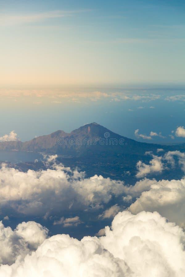 Weiße Wolken mit der Spitze des Berges lizenzfreie stockfotos