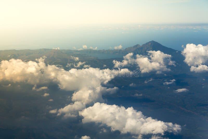 Weiße Wolken mit der Spitze des Berges stockfotos