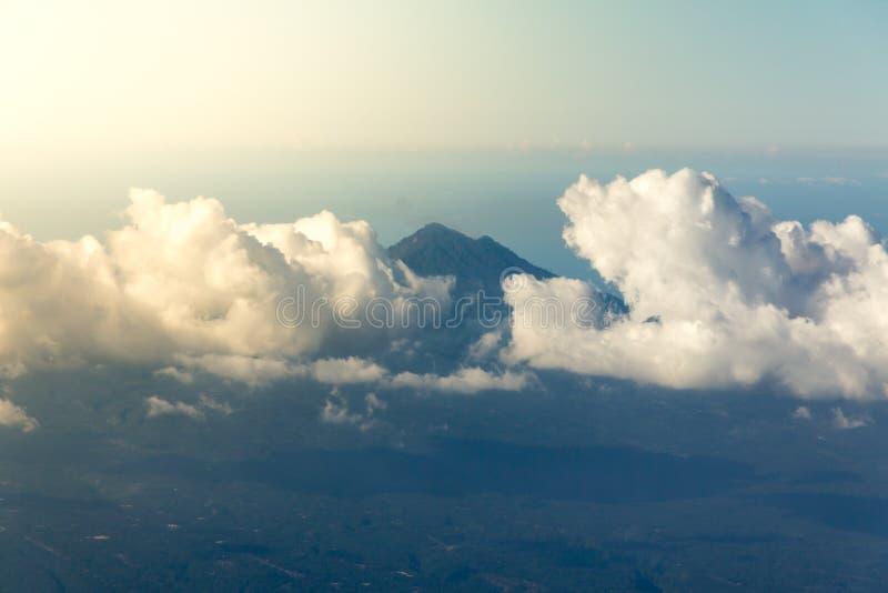 Weiße Wolken mit der Spitze des Berges stockfoto