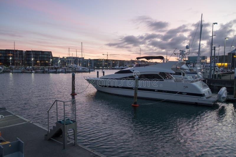 Weiße Yacht im Jachthafen lizenzfreie stockfotos