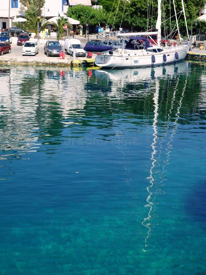 Weiße Yacht reflektiert im klaren griechischen Insel-Wasser, Skyros, Griechenland lizenzfreie stockfotografie