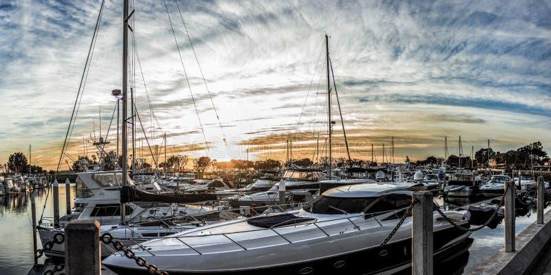 Weiße Yachten an San Diego-Hafen während des Sonnenuntergangs lizenzfreies stockbild