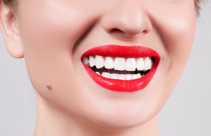 Weiße Zähne und rote Lippen Perfektes weibliches Lächeln, nachdem Zähne weiß geworden worden sind stockbild