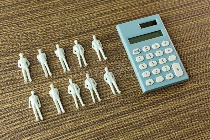 Weiße Zahl Miniatur auf Holz für Geschäftsinhalt stockfoto