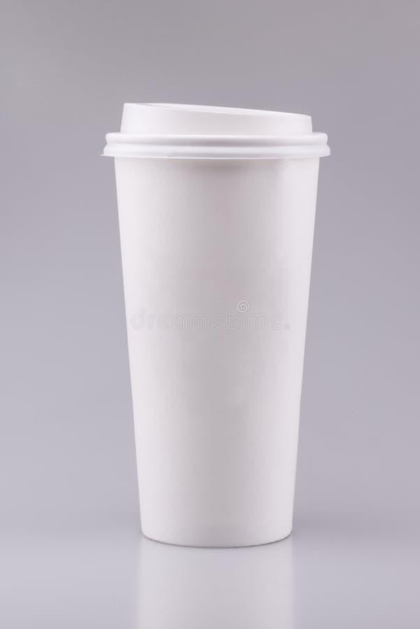 Weiße zum Mitnehmenkaffeetasse mit leerem Bereich auf grauem Hintergrund stockbilder