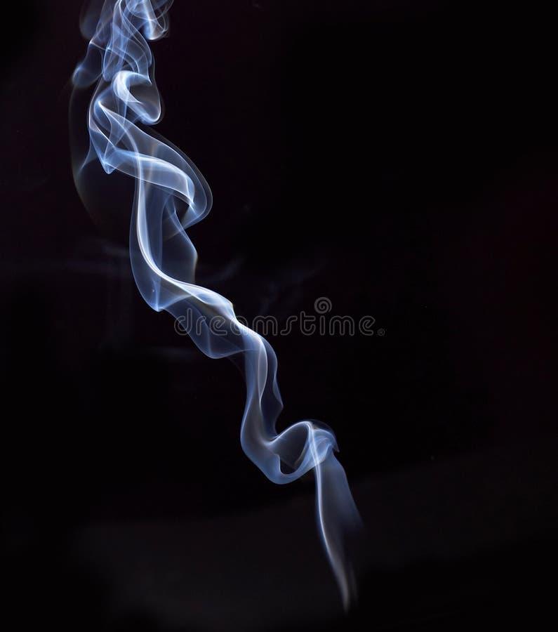 Weißer abstrakter Rauch von den aromatischen Stöcken auf einem schwarzen Hintergrund stockfotos