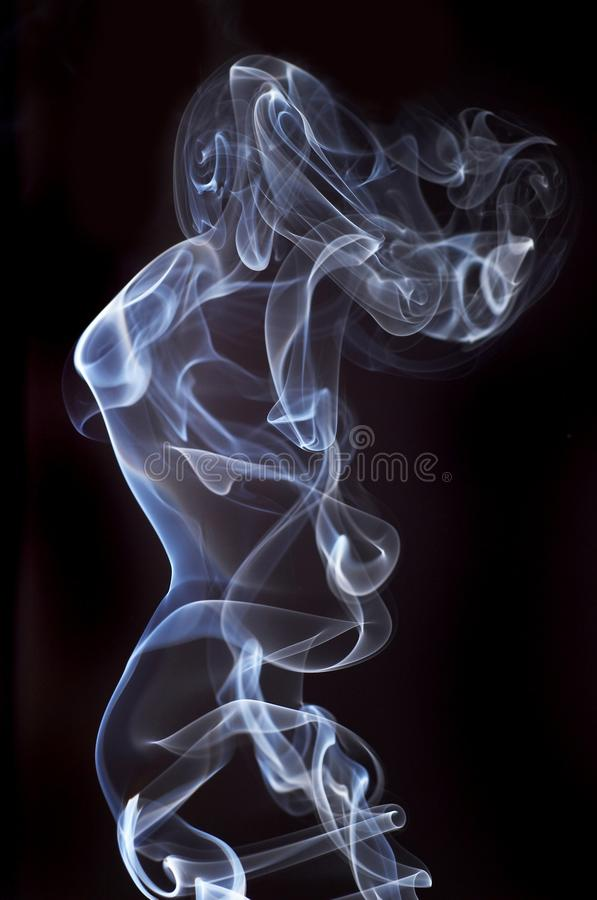 Weißer abstrakter Rauch von den aromatischen Stöcken auf einem schwarzen Hintergrund stockbilder