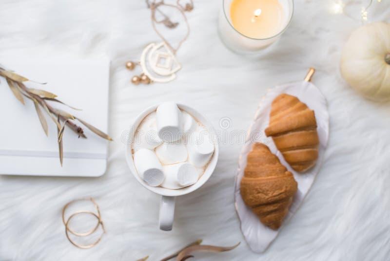 Weißer Arbeitsplatz gemütlicher Winter Bloggers mit Laptop, Kaffee mit m lizenzfreie stockbilder