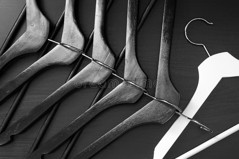 Weißer Aufhänger und einige schwarze Aufhänger, Hintergrund, abstrakt lizenzfreie stockfotos