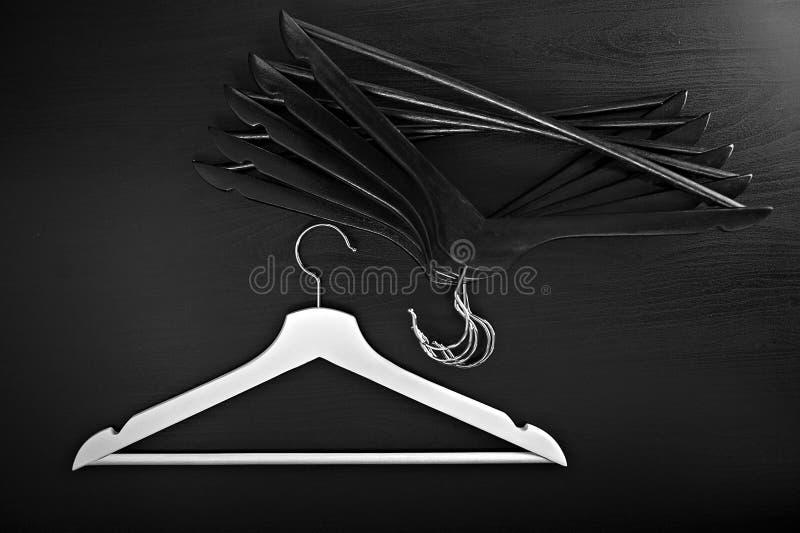 Weißer Aufhänger und einige schwarze Aufhänger, Hintergrund, abstrakt stockfotos