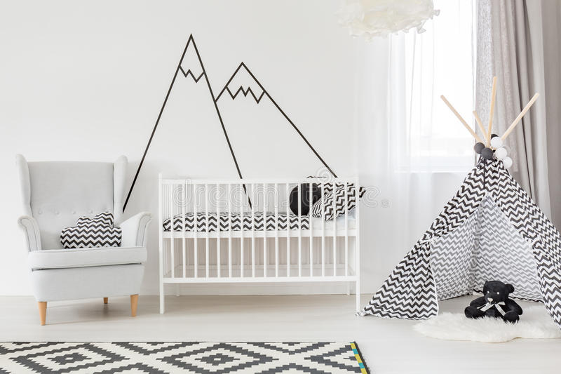Weißer Babyraum mit Feldbett stockfoto