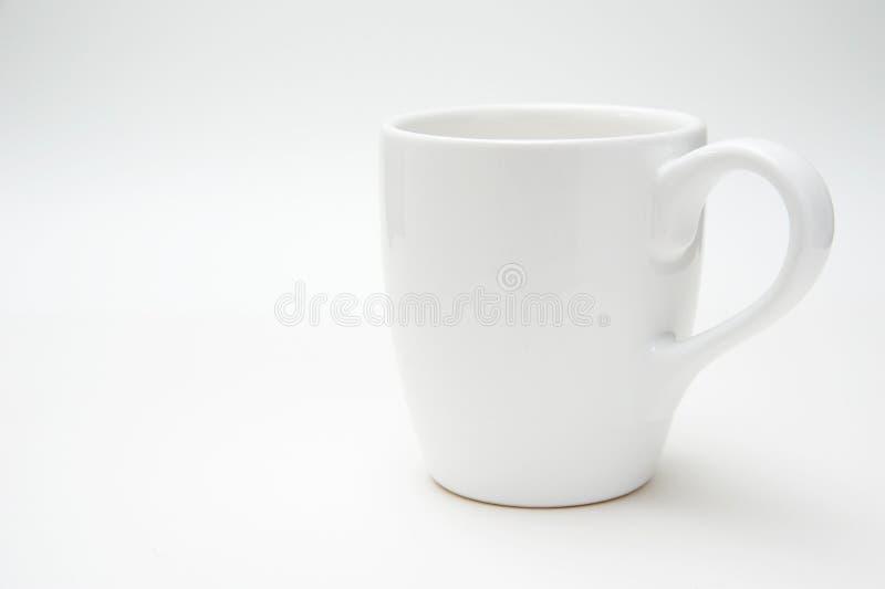 Weißer Becher getrennt auf weißem Hintergrund lizenzfreie stockfotos