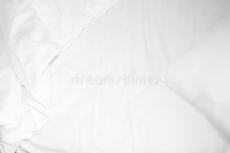 Weißer Betthintergrund mit Decke des herzensguten Kerls stockbilder