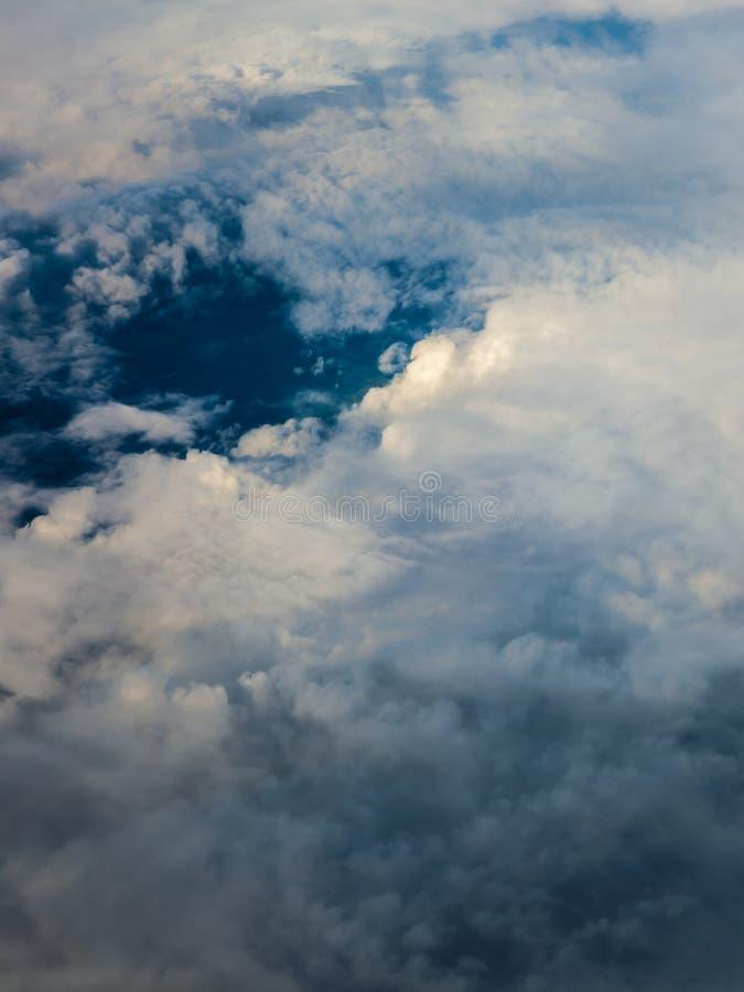 Weißer bewölkter Himmel Ansicht vom Flugzeugfliegen in den Wolken stockbild