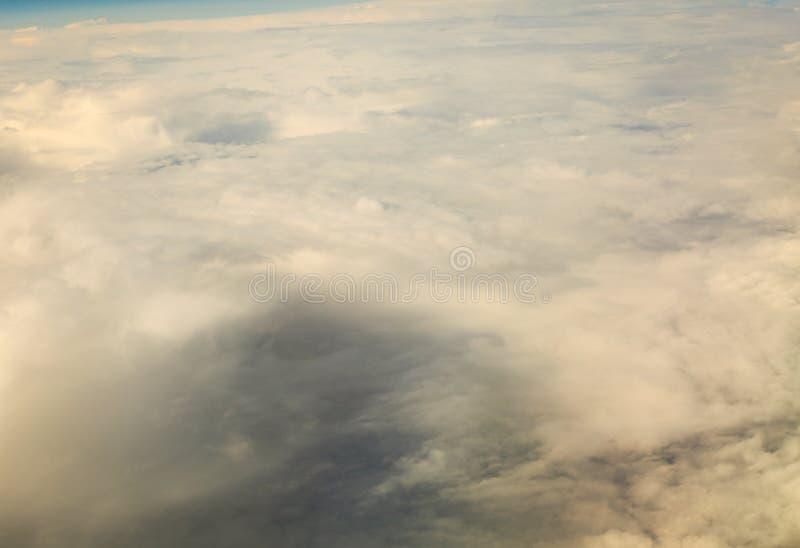 Weißer bewölkter Himmel Ansicht vom Flugzeugfliegen in den Wolken stockfotos