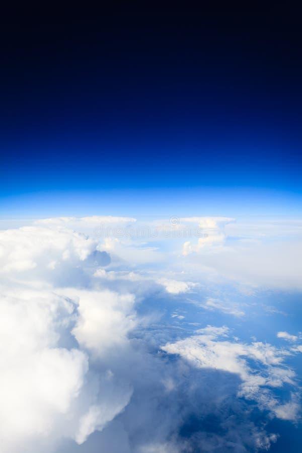 Weißer bewölkter Himmel Ansicht vom Flugzeugfliegen in den Wolken stockfotografie
