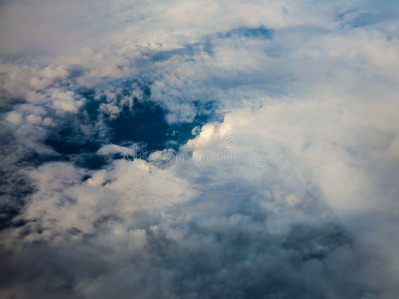 Weißer bewölkter Himmel Ansicht vom Flugzeugfliegen in den Wolken lizenzfreies stockbild