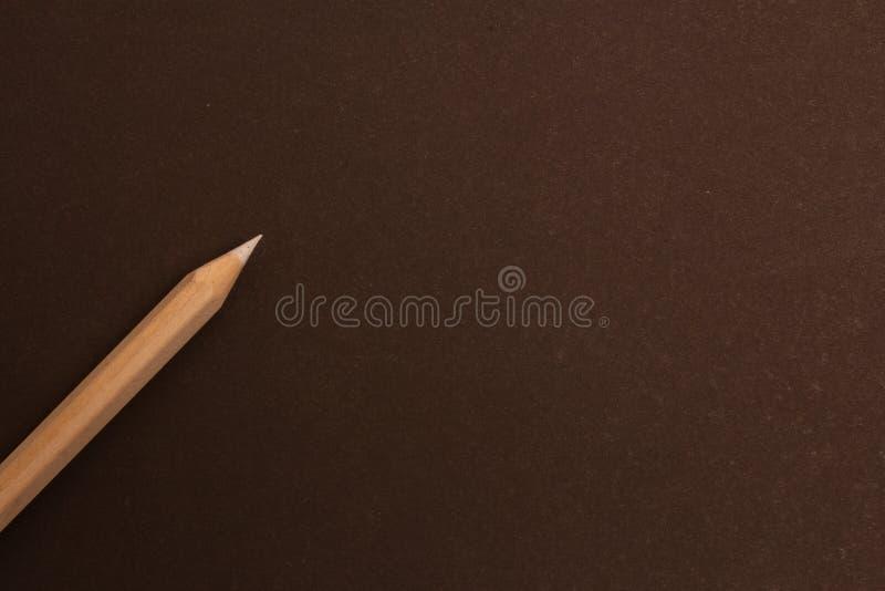 Wei?er Bleistift liegt diagonal auf einem schwarzen Hintergrund stockfoto