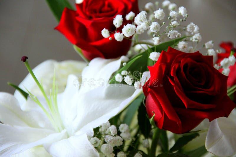 Weißer Blumenstrauß mit roten Rosen lizenzfreie stockfotografie