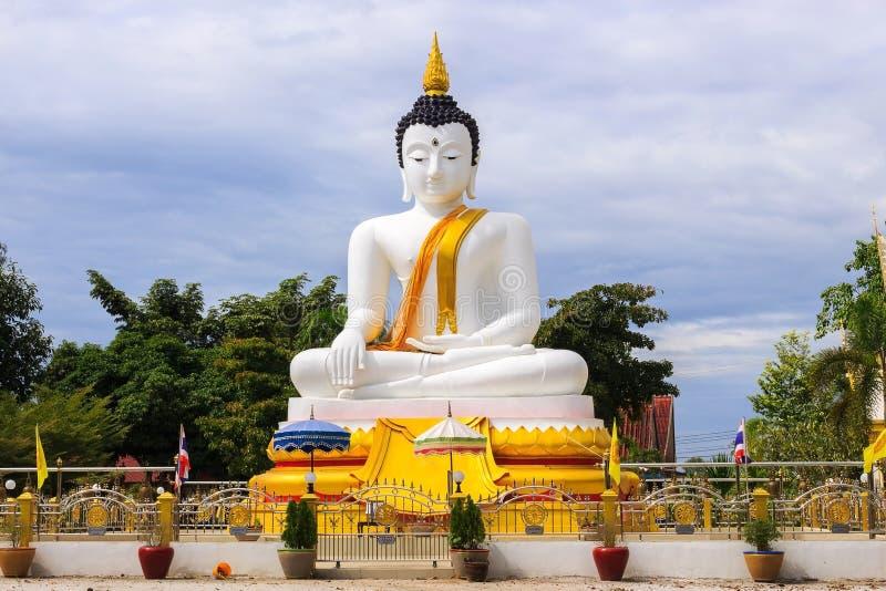 Weißer Buddha an Dokkrai-Tempel Thailand stockfotos