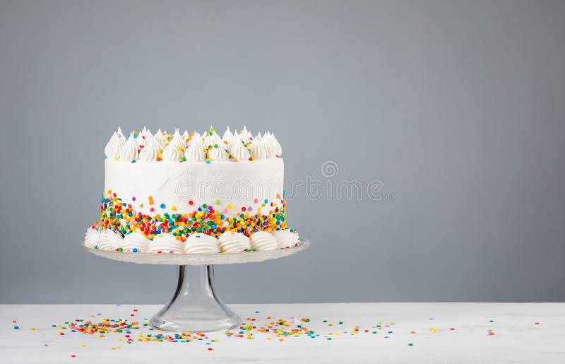 Weißer Buttercream-Geburtstags-Kuchen mit besprüht lizenzfreie stockbilder