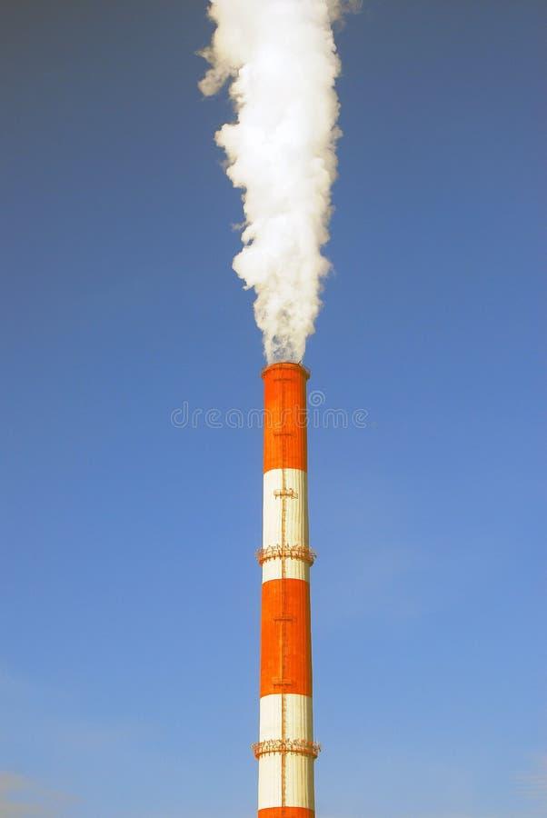 Weißer Dampf, der aus ein Rohr herauskommt Hintergrund des blauen Himmels lizenzfreie stockbilder