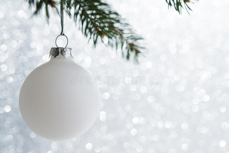 Weißer dekorativer Ball auf dem Weihnachtsbaum auf Funkeln bokeh Hintergrund Frohe Weihnacht-Karte stockfotos