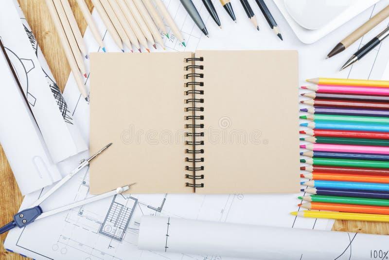 Weißer Desktop mit Notizblock und Skizze stockfoto