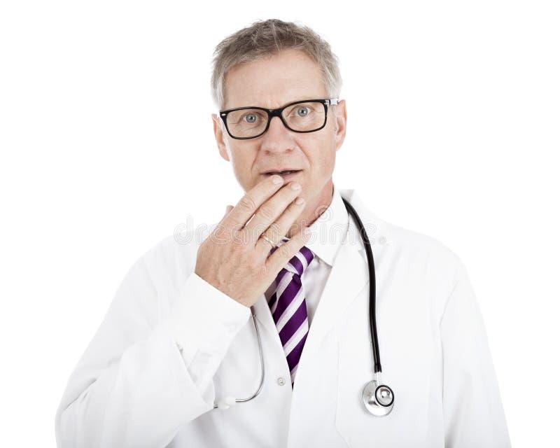 Weißer Doktor Touching seine Lippe während im Zweifel lizenzfreie stockbilder
