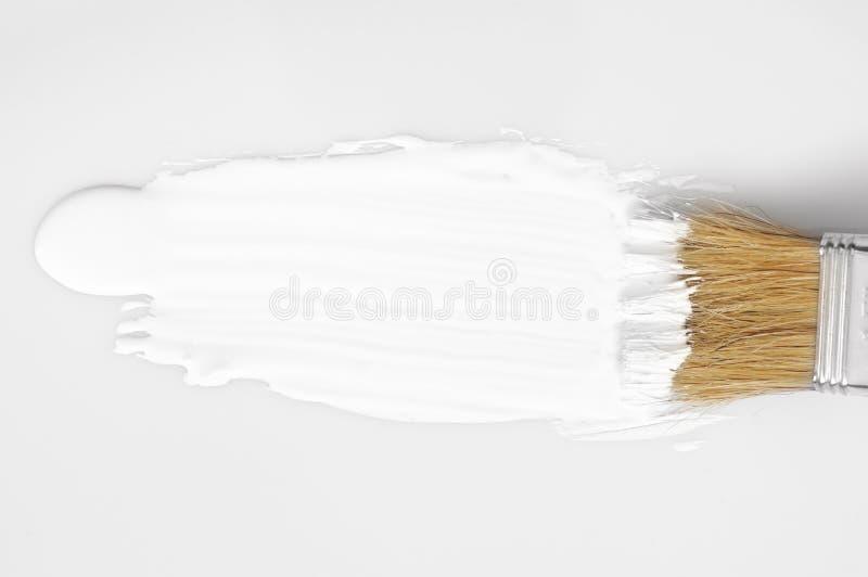 Weißer Farbenanschlag und -bürste stockfotos
