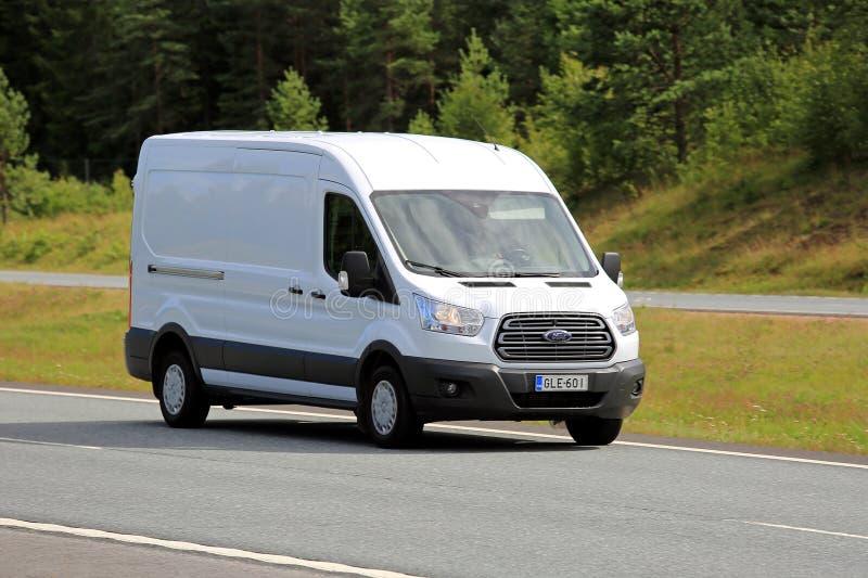 Weißer Ford Transit Van auf Autobahn lizenzfreie stockfotos