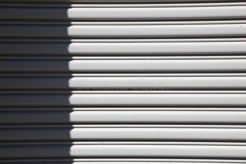 Weißer Garagentor im starken Sonnenlicht stockfoto