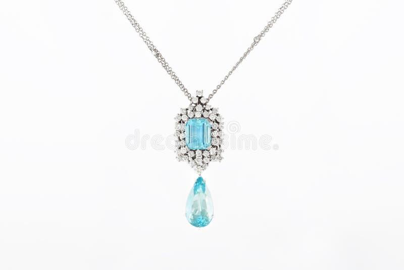 Weißer goldener Luxusanhänger mit blauem Edelstein und Diamanten auf Stand lizenzfreies stockfoto
