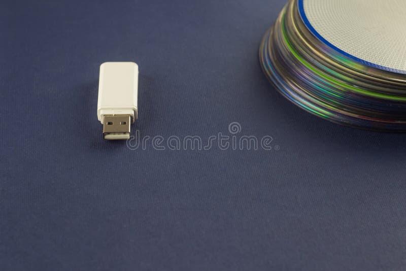 Weißer greller Antrieb und ein Stapel der CD, des DVD, des Computers, des weißen grellen Antriebs und des Stapels der CD, DVD, Co lizenzfreie stockfotografie