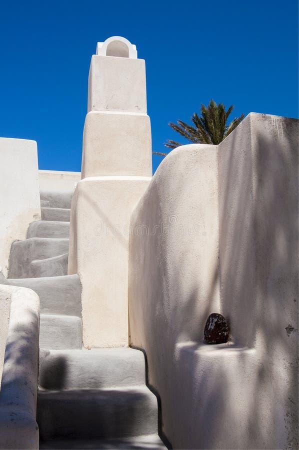 Weißer griechischer Kamin und Schritte lizenzfreie stockfotos