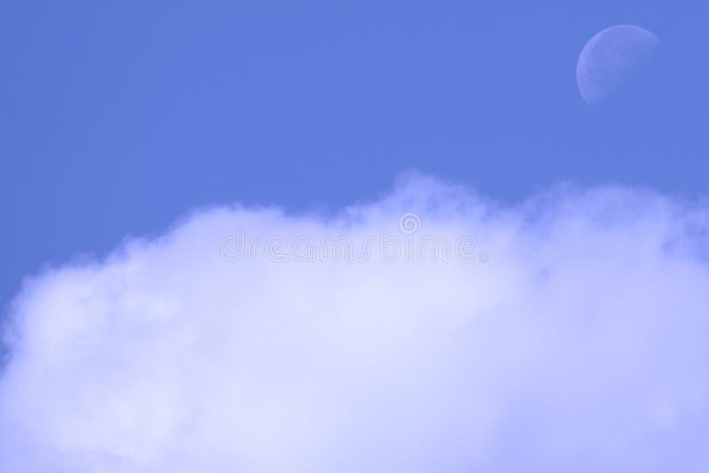 Weißer großer Mond Der Mond nimmt tagsüber mit klaren blauen Himmeln und einigen Tagen vor dem Vollmond gefangen, stockfotos