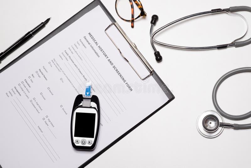 Weißer hölzerner Doktorschreibtisch, medizinisches Konzept mit Kopienraum stockfoto