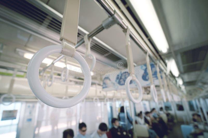 Weißer Handlauf in der Untergrundbahn lizenzfreie stockfotografie