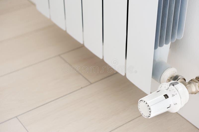 Weißer Heizkörper in einer Wohnung kühler stockfoto