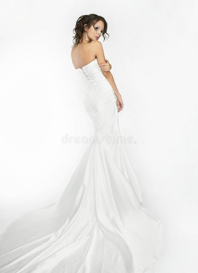 Weißer Hintergrund der glücklichen schönen Braut herauf Tuch stockfotografie